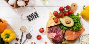 Piatto con ingredienti per la dieta chetogenica